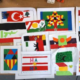 Fantasie-Flaggen-Collagen im Wandbild-Workshop – Gemeinschaftsunterkunft Maxie-Wander-Str. / U5 / BENN