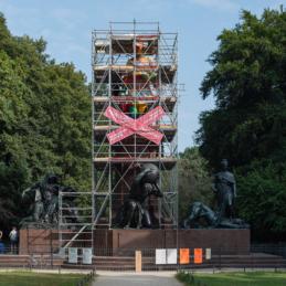 Das Berliner Bismarck-Denkmal eingerüstet und in Papier gepackt – Monumental Shadows, ein Projekt von Various & Gould in Zusammenarbeit mit Colonial Neighbours (SAVVY Contemporary)