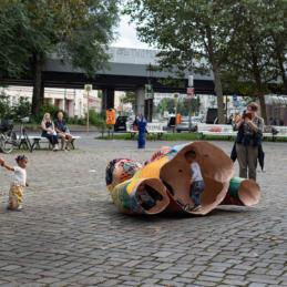 Die Bismarck–Papierfragmente auf dem Nettelbeckplatz – Monumental Shadows, ein Projekt von Various & Gould in Zusammenarbeit mit Colonial Neighbours (SAVVY Contemporary)