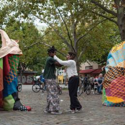 Performance auf dem Nettelbeckplatz – Monumental Shadows, ein Projekt von Various & Gould in Zusammenarbeit mit Colonial Neighbours (SAVVY Contemporary)