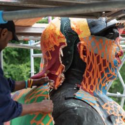 Die Papierhülle der Bismarck-Statue wird geöffnet – Monumental Shadows, ein Projekt von Various & Gould in Zusammenarbeit mit Colonial Neighbours (SAVVY Contemporary)