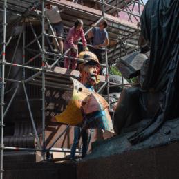 Die Papierhülle der Bismarck-Statue wird vom Sockel geholt – Monumental Shadows, ein Projekt von Various & Gould in Zusammenarbeit mit Colonial Neighbours (SAVVY Contemporary)