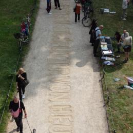 Künstlerische Intervention von Daniela Medina Poch und Juan Pablo García Sossa – Monumental Shadows, ein Projekt von Various & Gould in Zusammenarbeit mit Colonial Neighbours (SAVVY Contemporary)